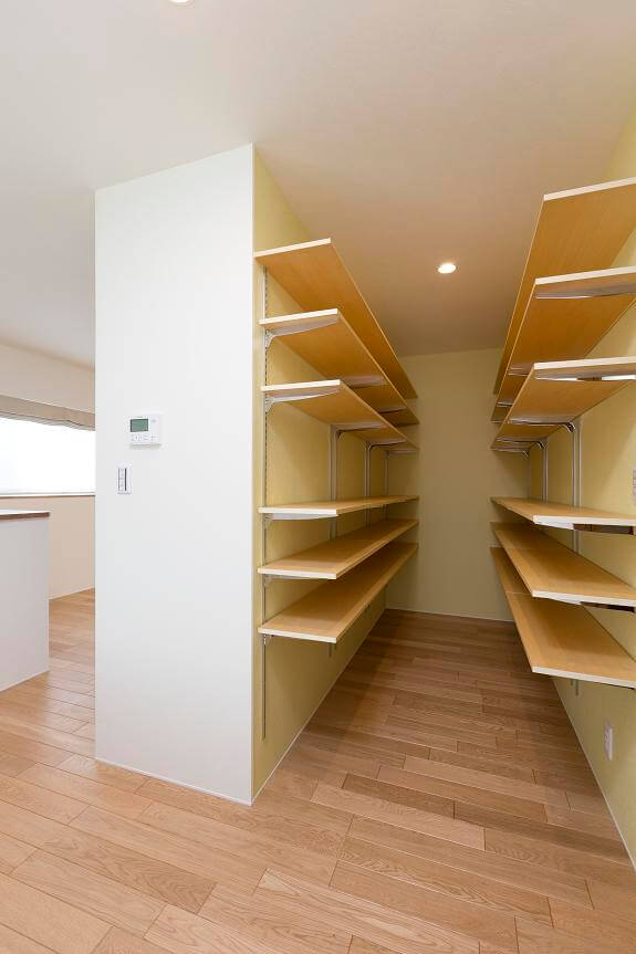 つくば市でデザイン性の高い家の収納棚